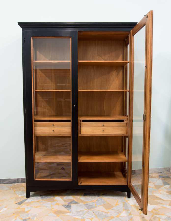 vitrine nussbraun und schwarz 1. Black Bedroom Furniture Sets. Home Design Ideas