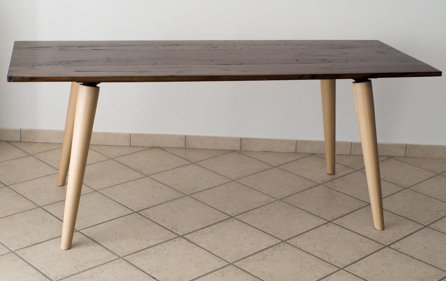 tisch aus mit epoxidharz behandeltem briccola holz. Black Bedroom Furniture Sets. Home Design Ideas
