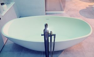 turquoise-ovale-freistehende-badewanne-moma-design