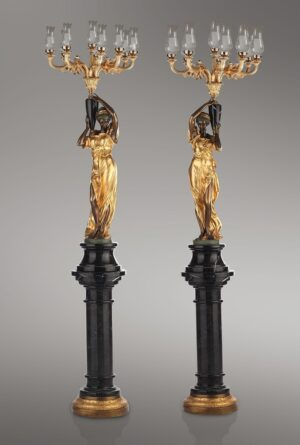 MAeDCHENPAAR_MIT_KRONLEUCHTER_klassische_lampen_leuchten_bronze-_und_goldblattpatina_kunsthandwerke